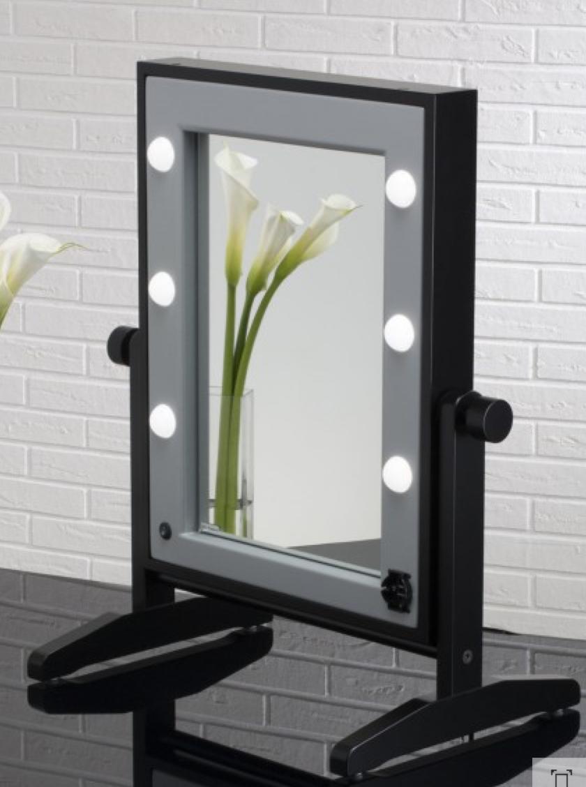 Specchio trucco illuminato e noleggio specchi cinefacility for Specchio da tavolo con luce ikea